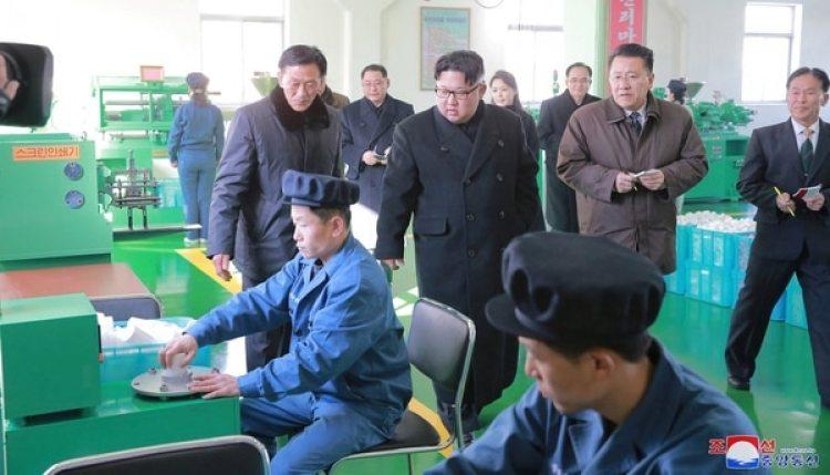 El dictador Kim Jong-un supervisa una fábrica de farmacéuticos (KCNA/Reuters)