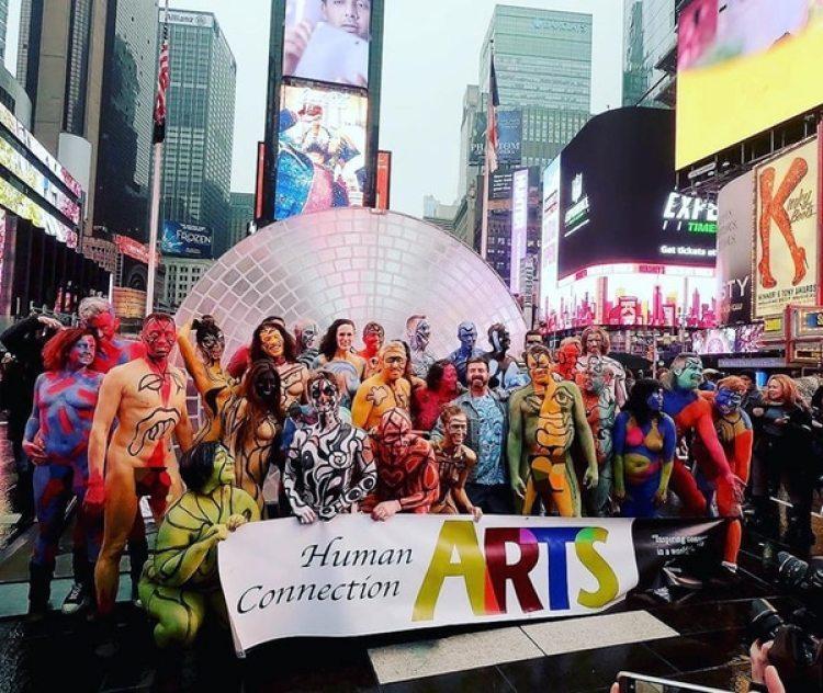El grupo reunido en Times Square (@artasairproject)