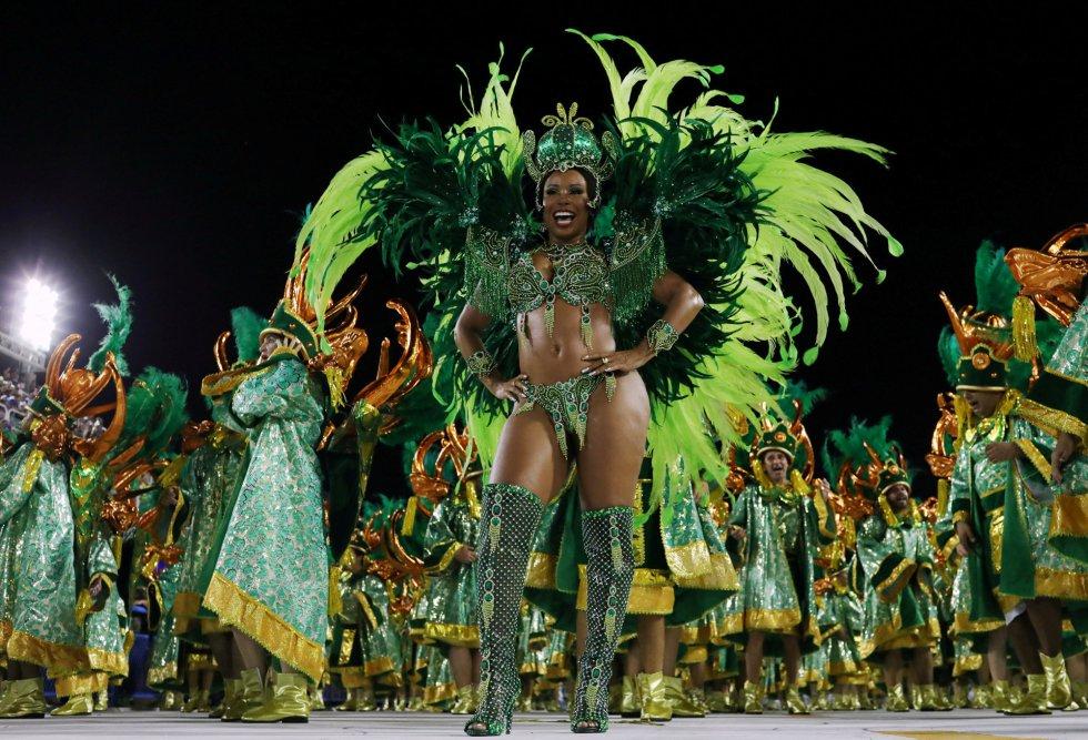 Una de las integrantes de la escuela de samba Imperio Serrano durante los desfiles la primera noche de carnaval en el sambódromo de Río de Janeiro (Brasil), el 11 de febrero de 2018.