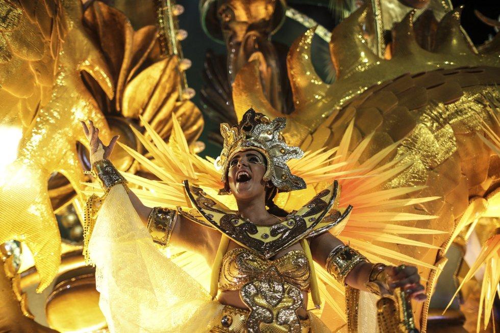 Integrantes de la escuela de samba del Grupo Especial Império Serrano desfilan en la celebración del carnaval en el sambódromo de Marques de Sapucaí en Río de Janeiro (Brasil), el 11 de febrero de 2018.