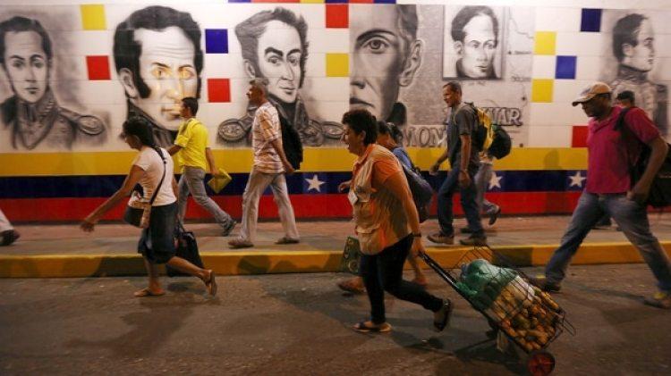 Miles de venezolanos cruzan día a día la frontera con Colombia (EFE)