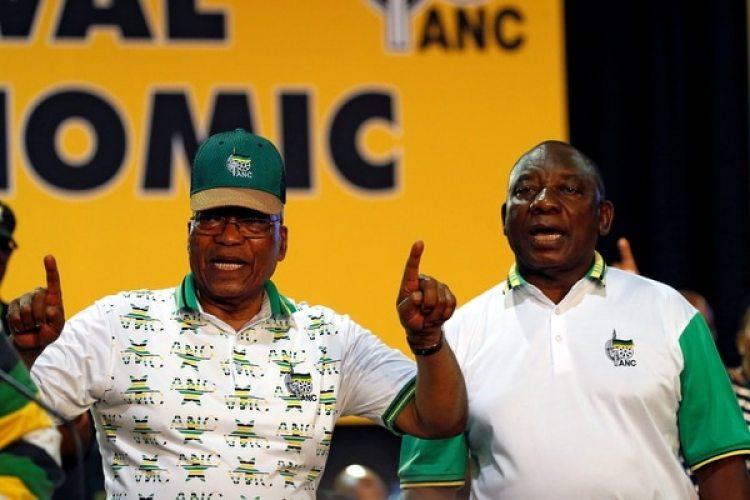 El presidente de Sudáfrica acob Zumajunto con el presidente del ANCCyril Ramaphosa en diciembre de 2017. (REUTERS/Siphiwe Sibeko/archivo)