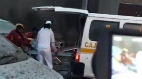 Personal médico traslada a los heridos registrados en la explosión de este miércoles en las calle Backovich.