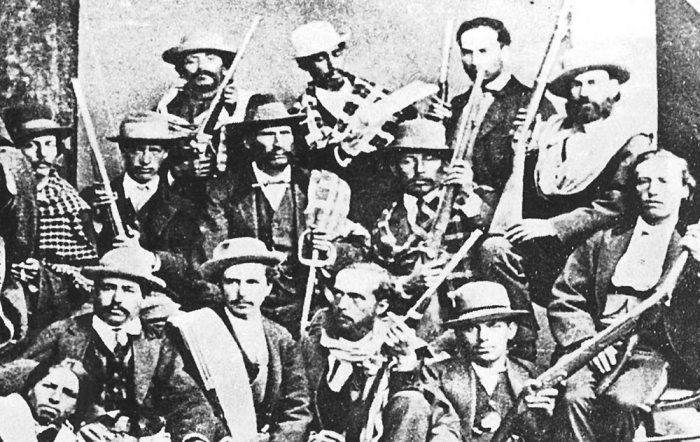 SOLDADOS DE PONCHO Y SOMBRERO, LIDERADOS POR EDUARDO ABAROA (CENTRO), MURIERON EN COMBATE EN DEFENSA DEL TERRITORIO BOLIVIANO Y ENFRENTANDO LAS TROPAS INVASORAS CHILENAS.