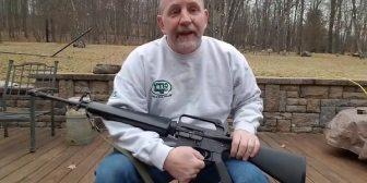 El video viral de un defensor de las armas que decidió destruir su fusil después de la masacre de Florida