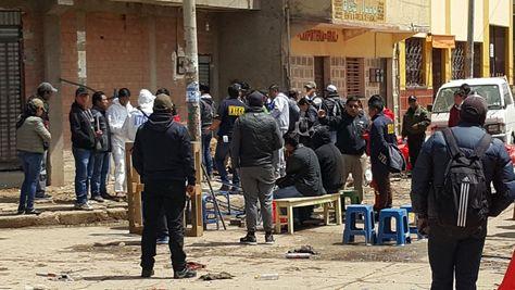 Personal especializado de la Policia y de la Fiscalía participaron en la inspección ocular del sitio donde se produjo la primera explosión en Oruro. (Foto: Juan Mejía)