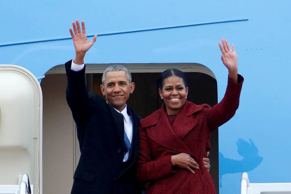 Barack Obama y Michelle Obama saludan al bajar de un avión en enero de 2017.