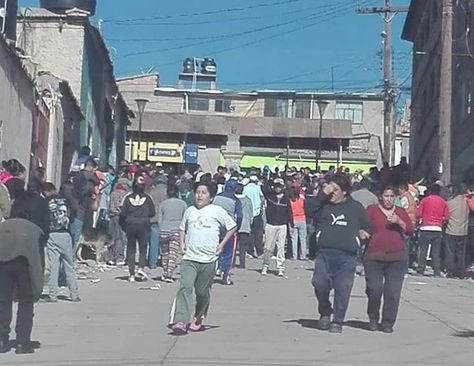 Los transeúntes se aglomeran cerca de la vivienda en la calle Hernández esquina Roncal, donde aconteció el incendio.