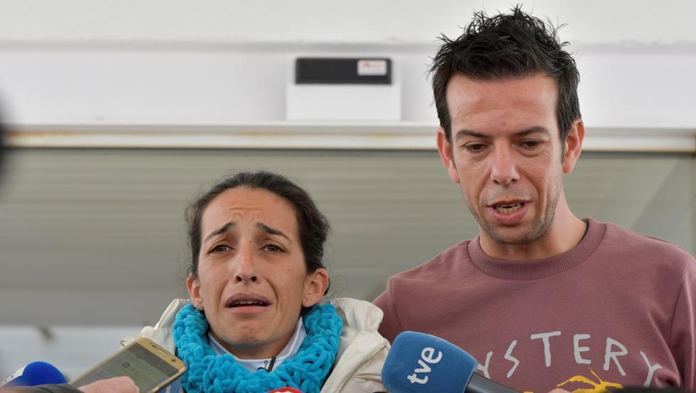 GRAF5186 NÍJAR (ALMERÍA) 05/03/2018.,- Patricia Ramirez (i), junto a Angel Cruz, padres de Gabriel, el niño de 8 años desaparecido el pasado martes en Las Hortichuelas en Níjar (Almería), atendiendo hoy a los medios, a los que ha dicho que la noticia de que la camiseta interior hallada este sábado contiene ADN de su hijo es