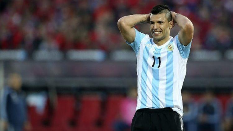 Sergio Agüero anunció que se lesionó en una práctica con el Manchester City y podría perderse los encuentros amistosos con la Selección.