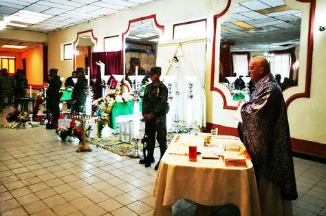 Una eucaristía acompañó el velorio de los dos militares en Oruro