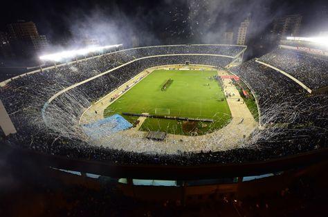 Panorámica del estadio Hernando Siles en una noche de Copa Libertadores. Foto: Archivo La Razón