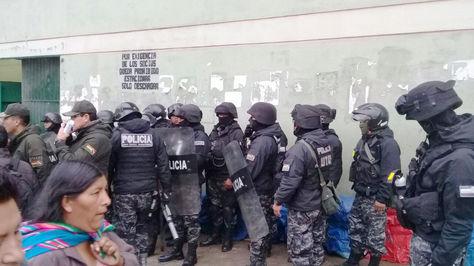 Un grupo de policías resguarda las instalaciones de Adepcoca en Villa Fátima.