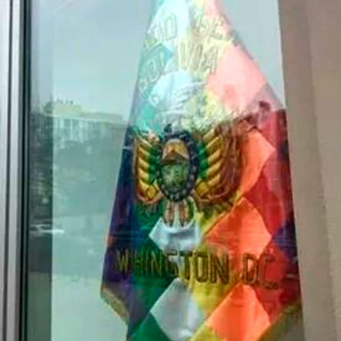 WIPHALA CON ESCUDO BOLIVIANO ENCIMA.