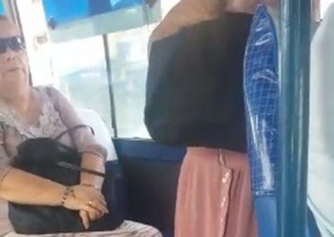 La mujer de pollera es impedida de tomar asiento por una pasajera del bus de servicio público