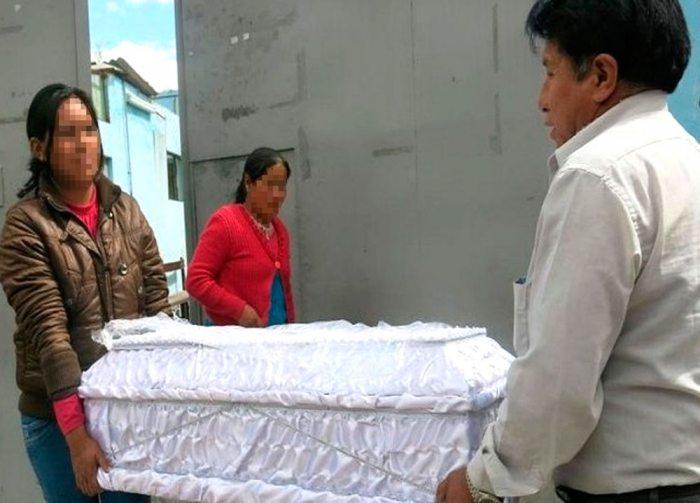 MOMENTOS EN QUE RETIRAN EL CUERPO DE UNA MENOR, VÍCTIMA DE ASESINATO, (FOTO REFERENCIAL).