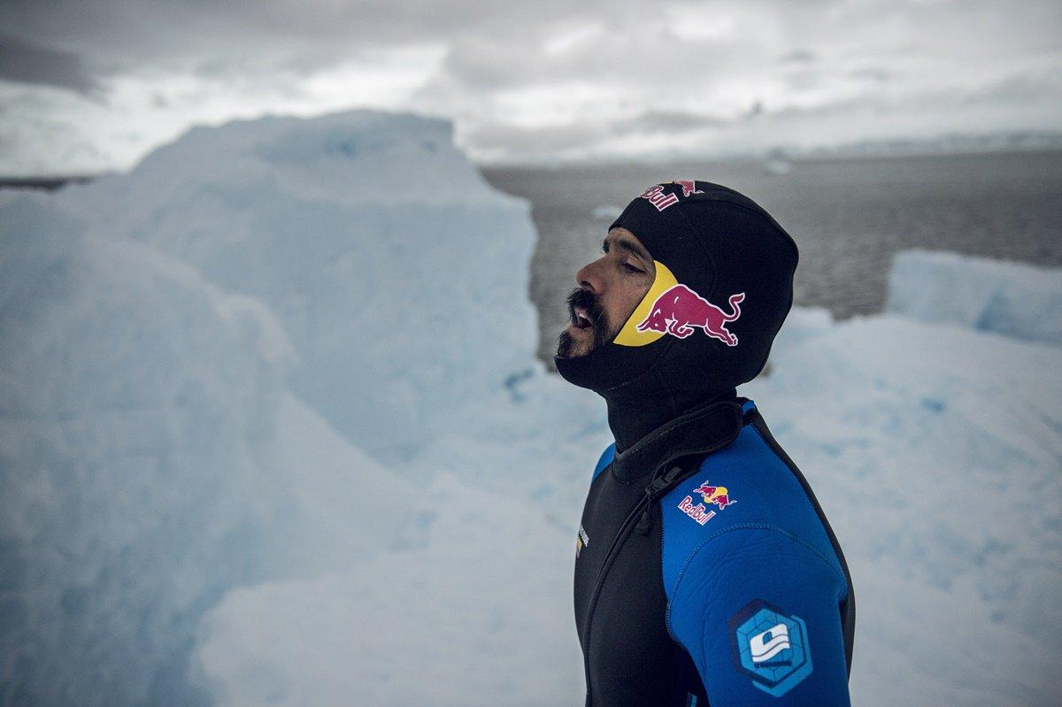 CLO03. ANTÁRTICA, 10/03/2018.- Fotografía sin fechar cedida por Red Bull Colombia que muestra al clavadista Orlando Duque al saltar desde un iceberg, en la Antártica. El clavadista colombiano Orlando Duque saltó desde dos icebergs de gran altura en la Antártida, para cumplir así uno de sus grandes sueños, informó este sábado, 10 de marzo de 2018, su equipo de prensa. EFE/Cortesía Red Bull Colombia/SOLO USO EDITORIAL/NO VENTAS