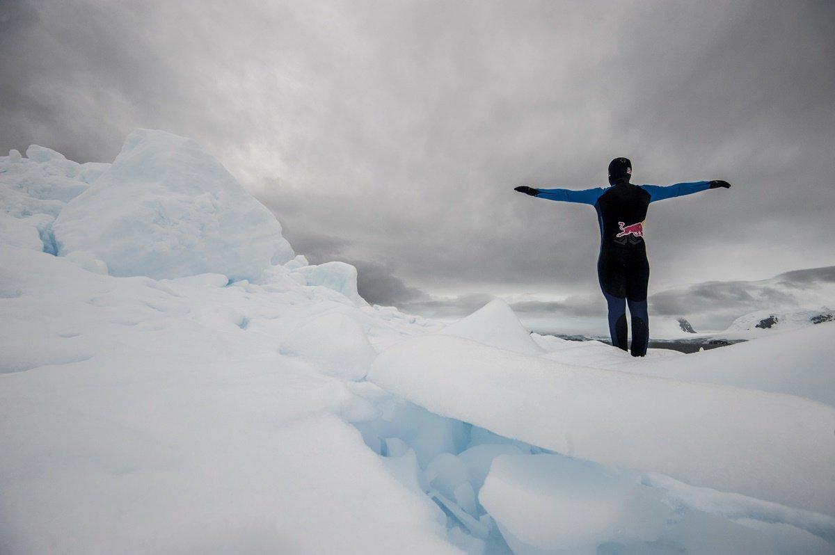 CLO04. ANTÁRTICA, 10/03/2018.- Fotografía sin fechar cedida por Red Bull Colombia que muestra al clavadista Orlando Duque al saltar desde un iceberg, en la Antártica. El clavadista colombiano Orlando Duque saltó desde dos icebergs de gran altura en la Antártida, para cumplir así uno de sus grandes sueños, informó este sábado, 10 de marzo de 2018, su equipo de prensa. EFE/Cortesía Red Bull Colombia/SOLO USO EDITORIAL/NO VENTAS