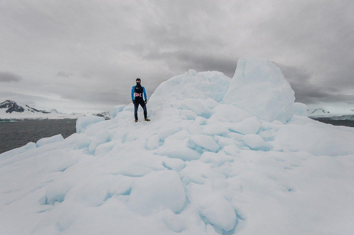 CLO05. ANTÁRTICA, 10/03/2018.- Fotografía sin fechar cedida por Red Bull Colombia que muestra al clavadista Orlando Duque al saltar desde un iceberg, en la Antártica. El clavadista colombiano Orlando Duque saltó desde dos icebergs de gran altura en la Antártida, para cumplir así uno de sus grandes sueños, informó este sábado, 10 de marzo de 2018, su equipo de prensa. EFE/Cortesía Red Bull Colombia/SOLO USO EDITORIAL/NO VENTAS