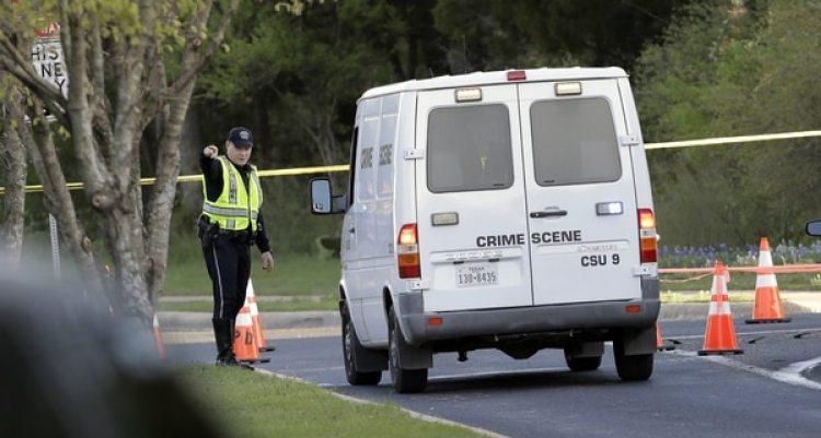 Policías examinan la zona de la cuarta explosión, ocurrida el domingo (AP)