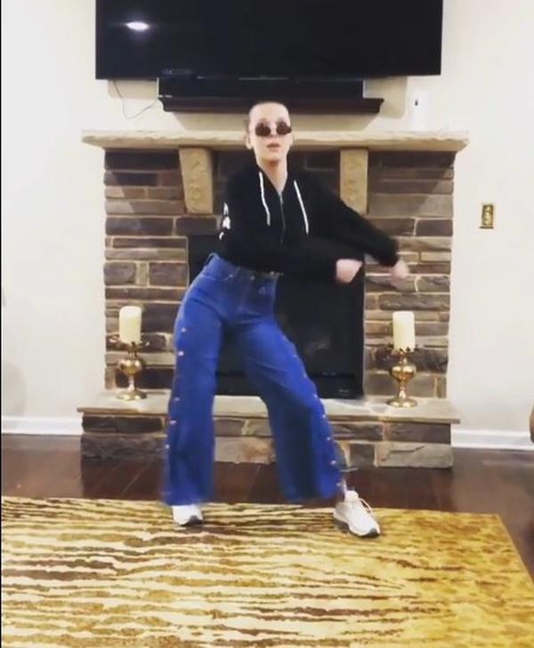Millie Bobby Brown se lleva al baile a Instagram
