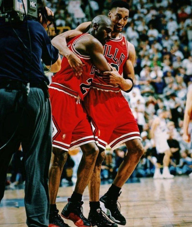Pippen sostiene a su amigo, al borde del desmayo, en aquel partido mítico