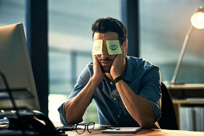 Puedes mirar hacia abajo o descansar los ojos con estos post-its de última tendencia. (iStock)