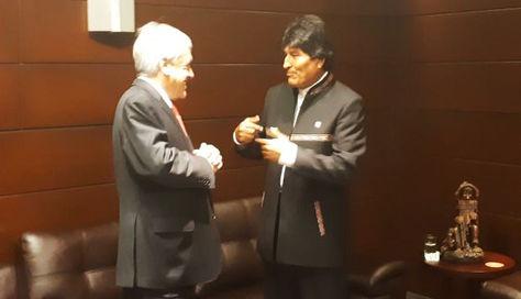 El presidente Morales (i) y su homólogo Piñera en la charla informal en la Cumbre de las Américas.