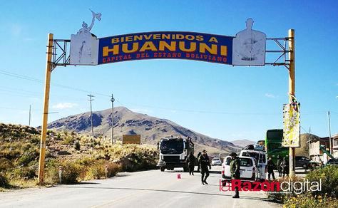 Control policial en el distrito minero de Huanuni