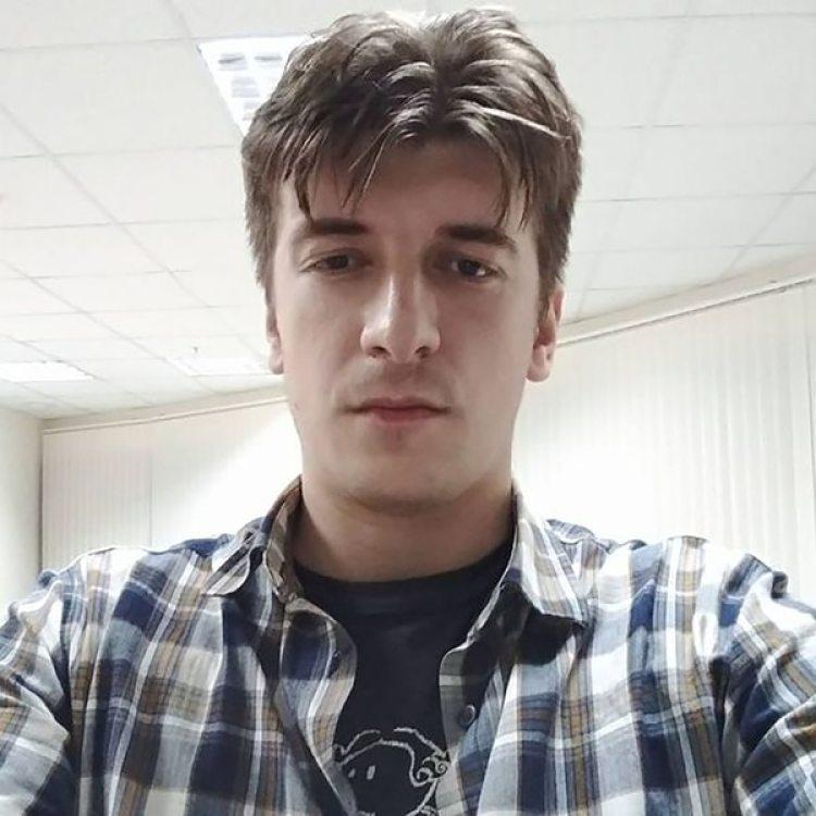 Le periodista de 32 años había reportado la presencia extraña de personas en ropa camuflada antes de caer por el balcón (Facebook)