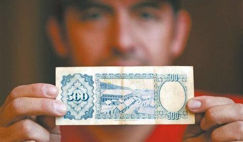 Un coleccionista chileno muestra el billete boliviano de 500 pesos.