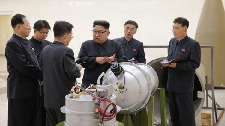 Kim Jong-un en una fábrica de armas (Imagen de archivo. KCNA via REUTERS)