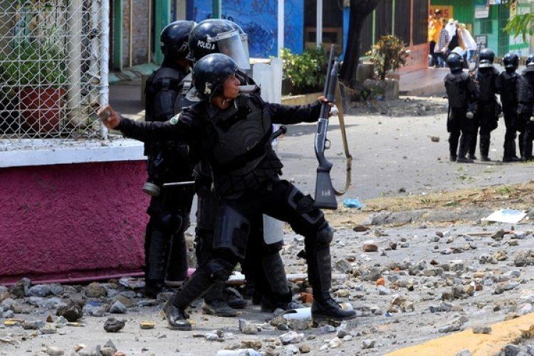 La policía reprime con piedras a los manifestantes. (Reuters)