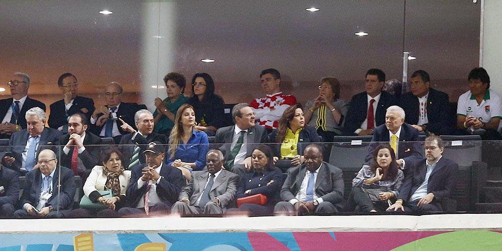 El presidente Evo Morales junto a otros mandatarios y dirigentes en la inauguración del Mundial de Fútbol Brasil 2014. ABI