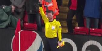 Momento insólito: Mira los problemas que tuvo el árbitro asistente