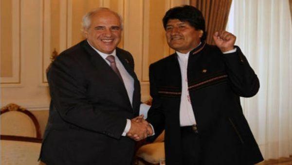 """El exsecretario Ernesto Samper (i) declaró que """"poderes fácticos"""" impidieron la victoria de Evo Morales (d) en el referendo de 2016."""