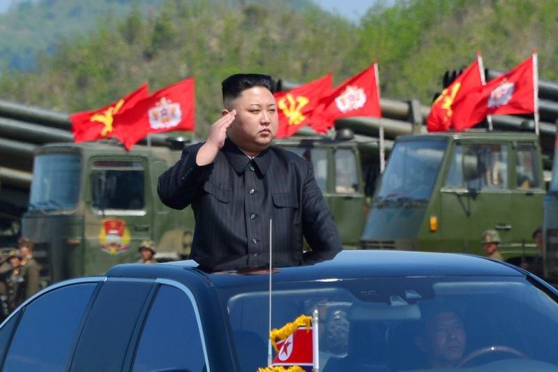 El líder norcoreano, Kim Jong Un, inspecciona lanzacohetes antes de un ejercicio militar, el 25 de abril de 2017.  KCNA/File Foto via REUTERS