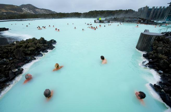 Gente bañandose en The Blue Lagoon, un resort geotermal de Islandia
