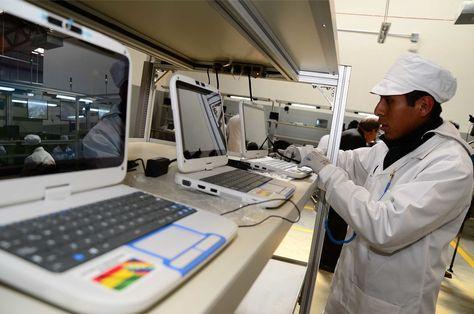 El proceso de ensamblado de las computadoras que se entregan a los estudiantes del país.