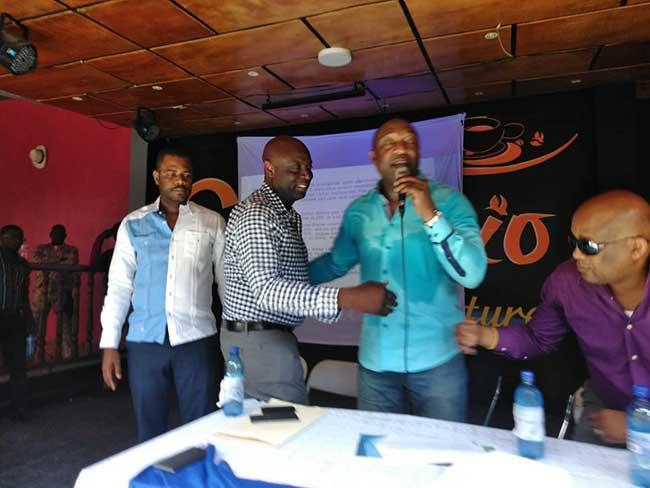 Foto: Conferencia de Yuri Latortue en Cafe Club Trio / radiotelevisioncaraibes.com