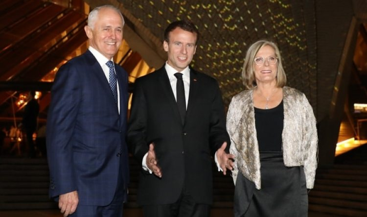 El presidente francés Emmanuel Macron posa junto al primer ministro australiano Malcolm Turnbull y su esposa Lucy (AFP)