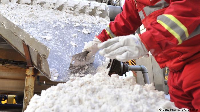 Bolivien Arbeiter bei der Verarebitung von Lithium (Getty Images/AFP/A. Raldes)