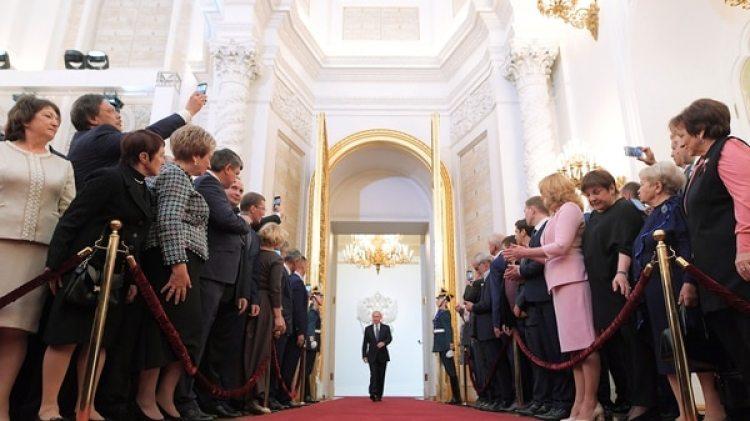 Los invitados observan la entrada de Putin para prestar juramento(Reuters)