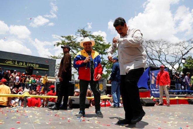 El presidente de Venezuela, Nicolás Maduro, baila durante un mitin de campaña en Charallave, Venezuela, el 15 de mayo de 2018. REUTERS / Carlos Garcia Rawlins