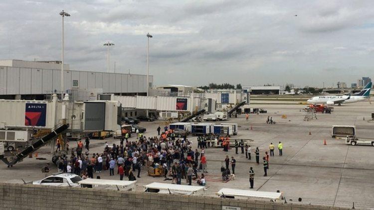 Cinco personas resultaron muertas y seis heridas en el aeropuerto a causa de los disparos de Santiago, quien fue detenido sin oponer resistencia a los pocos minutos