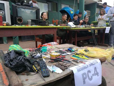 La Policía presenta los objetos incautados en la requisa en Palmasola.