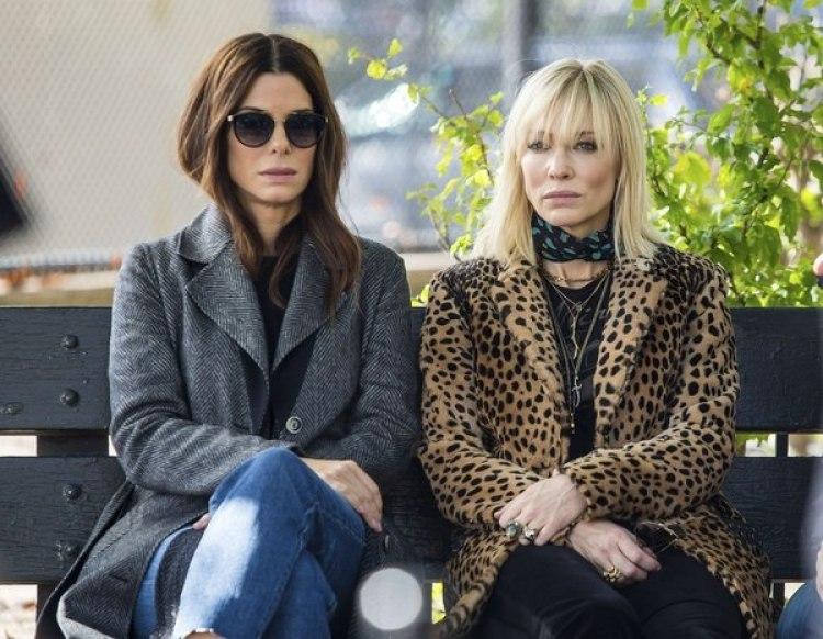 """Sandra Bullock y Cate Blanchet. La protagonista de Ocean's 8 sorprendió a sus compañeras de rodaje por la perfección de su piel. Fue allí cuando les explicó de qué se trataba su tratamiento """"pene facial"""" (Getty)"""