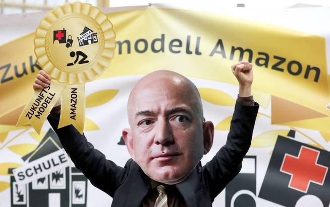 Protestas contra el fundador de la firma Amazon en Berlin. (EFE)