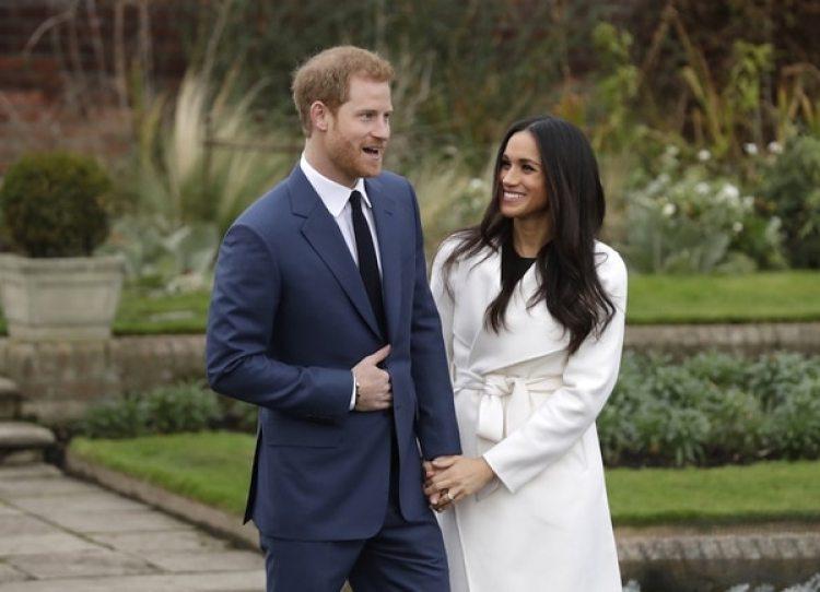 El príncipe Harry y Markle celebran su compromiso en los jardines del palacio de Kensington (AP Photo/Matt Dunham)