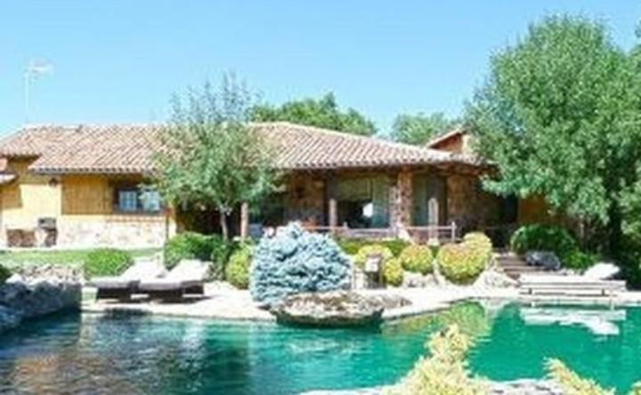 La casa que compró Pablo Iglesias tiene piscina y un enorme parque.